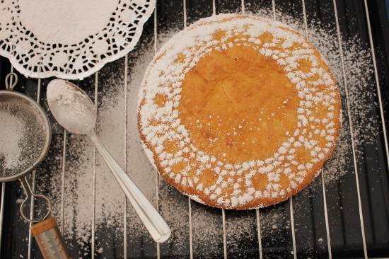 Add a little artistic touch to your cake by sprinkling your icing sugar over a doily.. fancy shmancy!